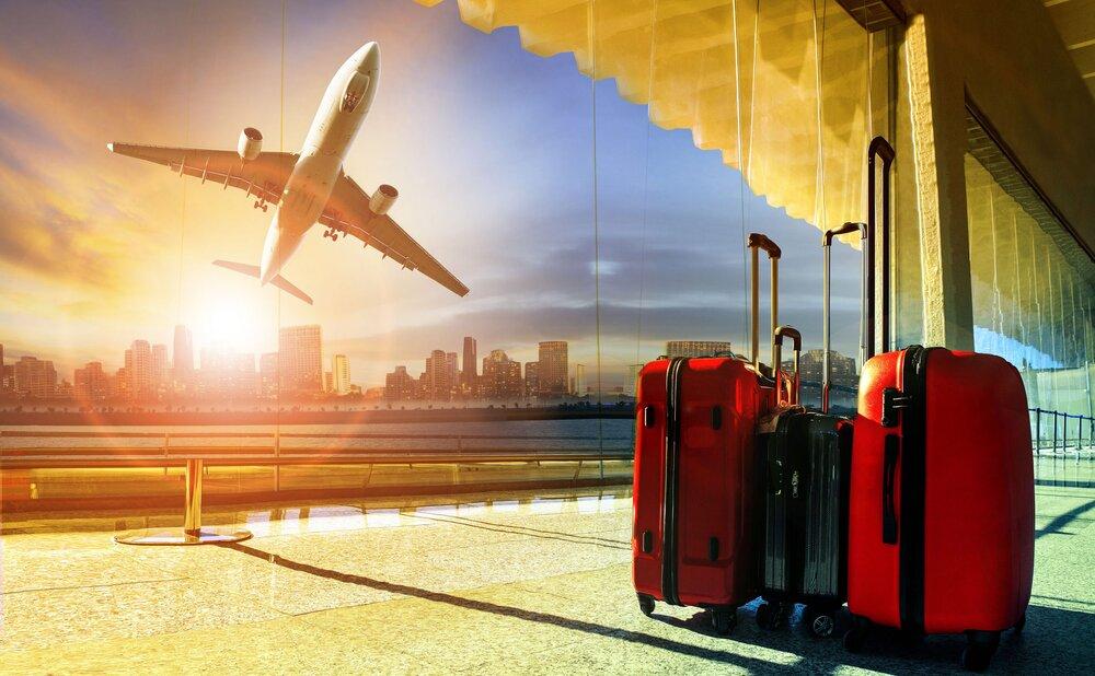 چمدان در فرودگاه و هواپیما